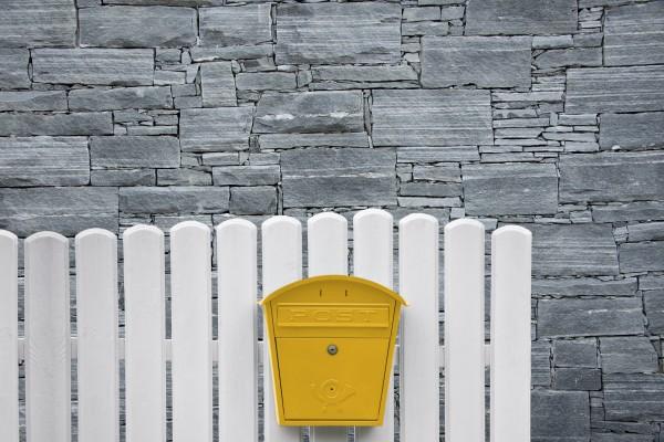 Briefkasten am Zaun