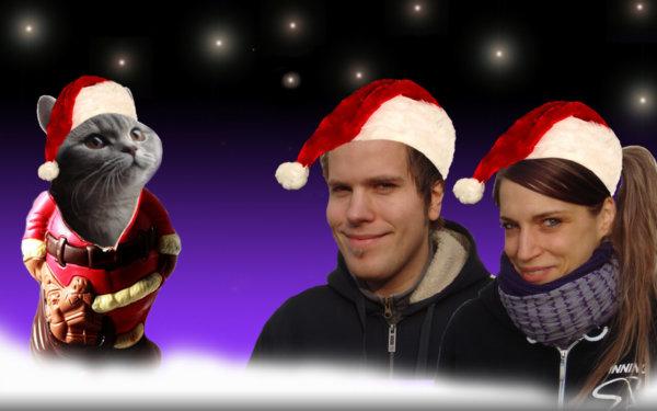 Steff, ihr Freund und ihre Katze an Weihnachten mit Weihnachtsmützen