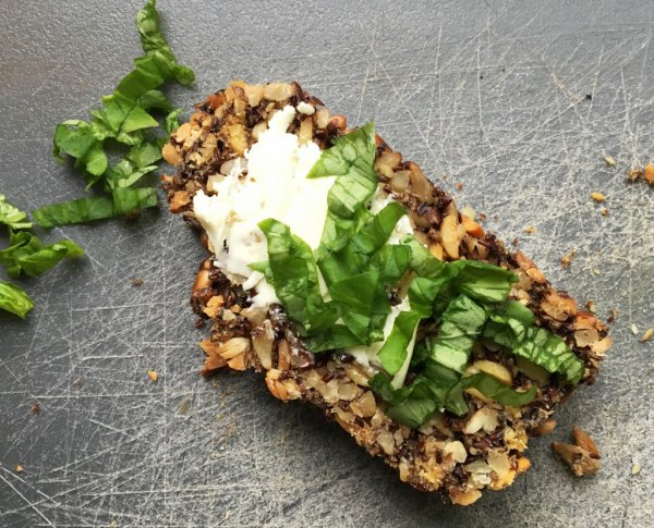 Kerniges low-carb Power-Brot mit Leinsamen (vegan, glutenfrei)