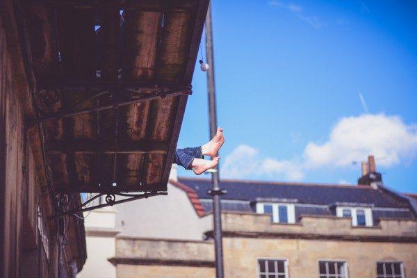 Füße baumeln vom Dach Bild4