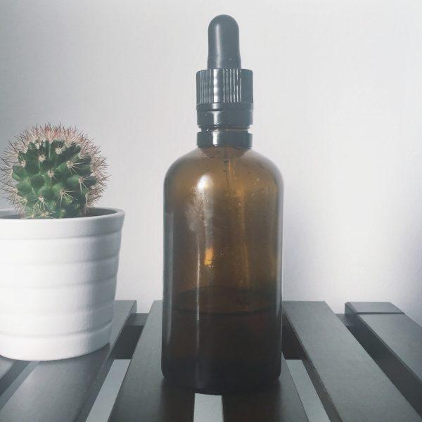 Ölflasche und Kaktus