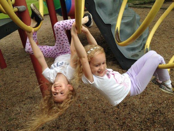 Mädchen im Klettergerüst_2