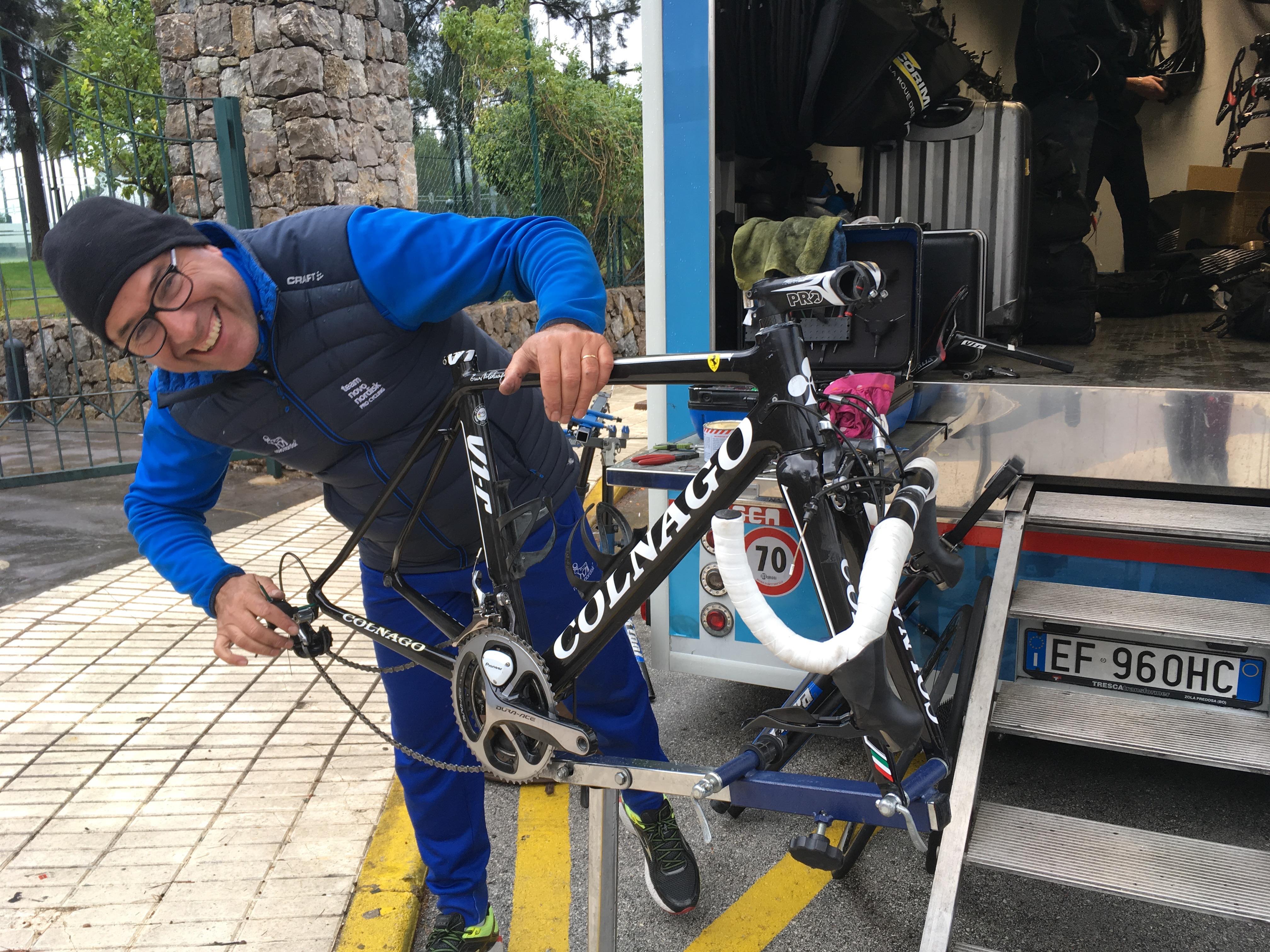 Ein Mechaniker kümmert sich in der mobilen Fahrradwerkstatt um die schnellen Geschosse der Radprofis.