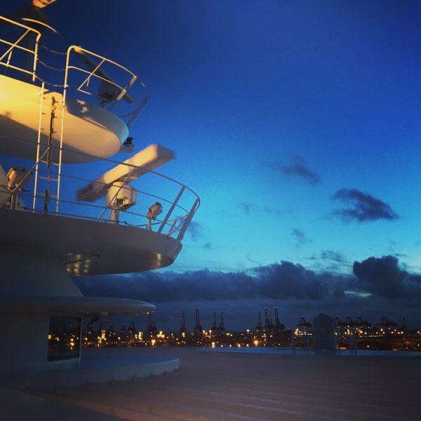 Tolle Atmosphäre beim Ablegen aus dem Hamburger Containerhafen