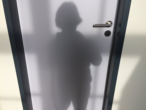 Inas Schatten an einer Tür - Wo Schatten ist, muss auch Sonne sein.