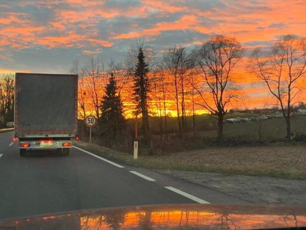 Die letzten Kilometer auf der Autobahn mit strahlendem Abendhimmel