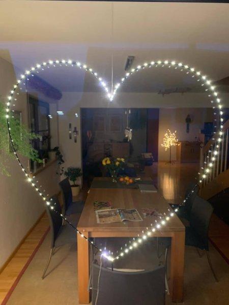 Ein Herz, das im Fenster strahlt. Das ist Zuhause!