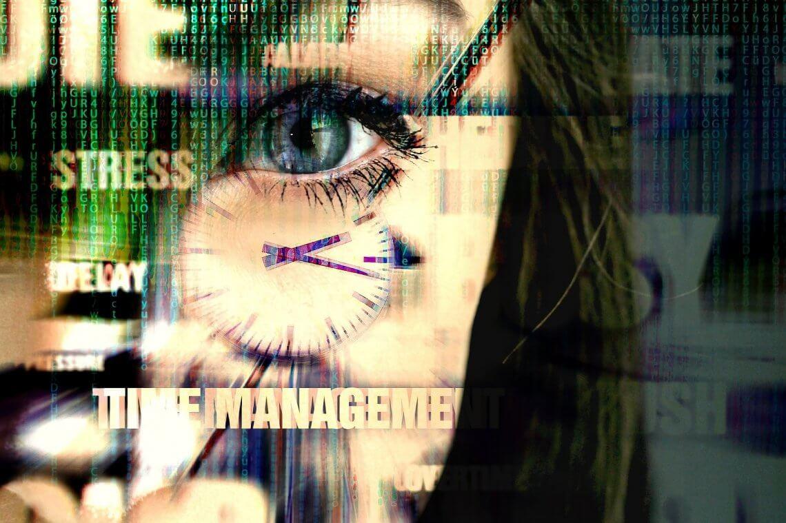 Auge einer Frau mit Uhr im Vordergrund