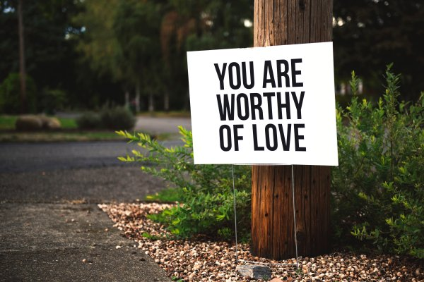 "Schriftzug ""You are worthy of love"""