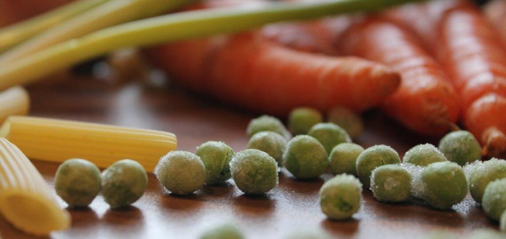 Zutaten für die One Pot Pasta: Nudeln, Möhren, Erbsen