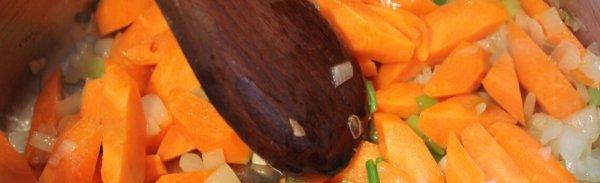 Möhren und Zwiebeln in der Pfanne