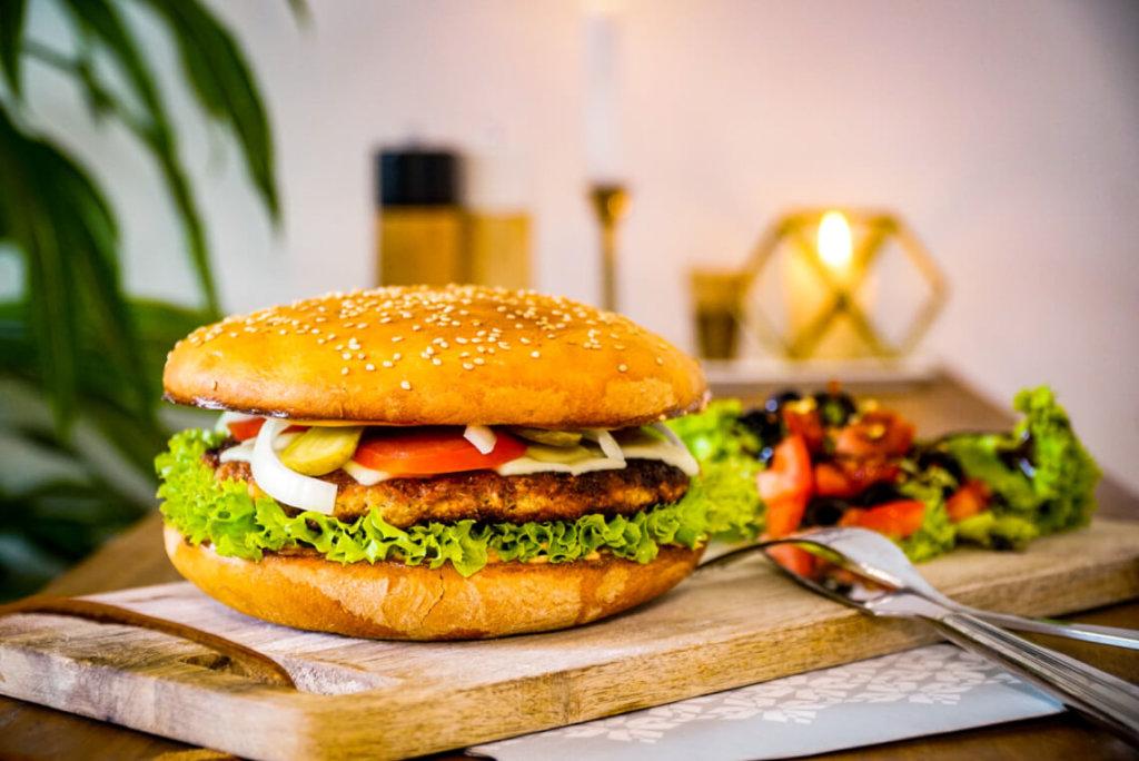 veganer Burger mit Hafer-Bratlingen